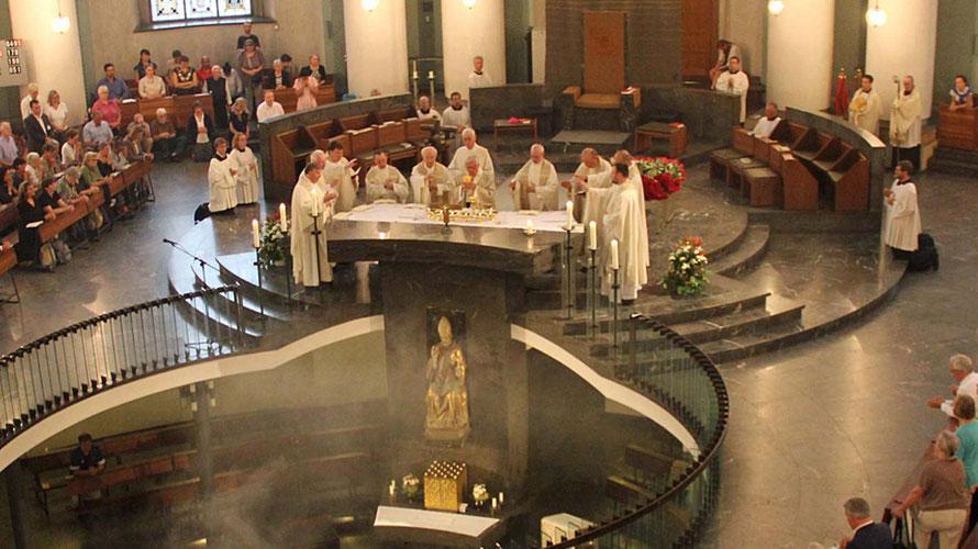 Der originalen Altar der Hedwigskathedrale ist gut sichtbar und das Messopfer  auch bei Pontifikalämtern für Gläubige mitzuerleben.