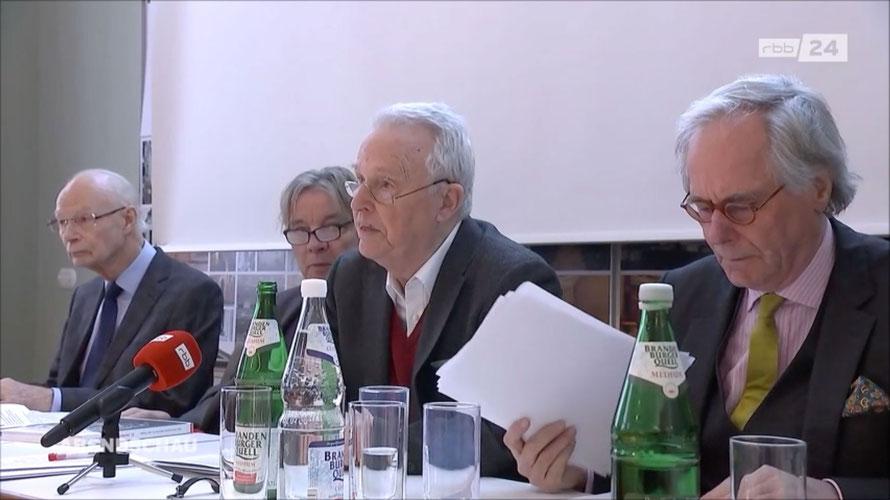 rbb-Abendschau_Pressekonferenz-Podium_Professores _Hans Joachim Meyer_Adrian von-Buttlar_Wolfgang Wolters_Ulrich Battis