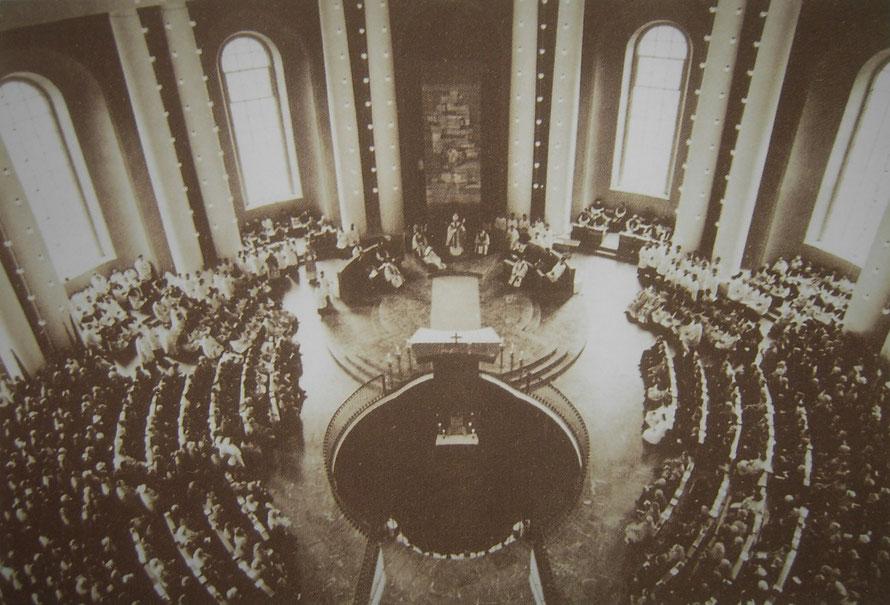 Blick in die Kathedrale bei originaler Bankaufstellung – Altarweihe durch Kardinal Alfred Bengsch zu Allerheiligen 1963