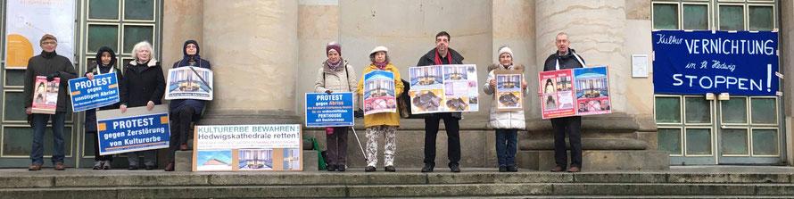 """20-02.2020 – Protestwachen stehen unter dem Motto """"Kulturvernichtung in St. Hedwig stoppen!"""""""