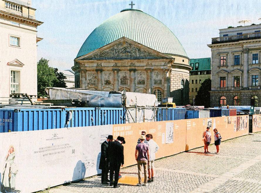 Bei der benachbarten Staatsoper, hier noch als Baustelle, wurden die Baukosten immer teurer –aber die Bauherren der katholischen St.Hedwigs-Kathedrale haben ja ein volles Konto  ___Foto: Jörg Brüggemann / Ostkreuz-