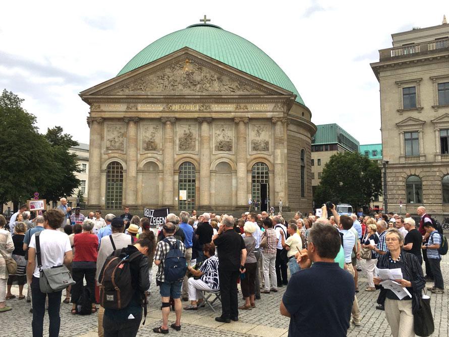 Protestkundgebung gegen die vom Erzbistum Berlin geplante Denkmalzerstörung der Hedwigskathedrale   __Foto: Martin Sachse  15.08.2018