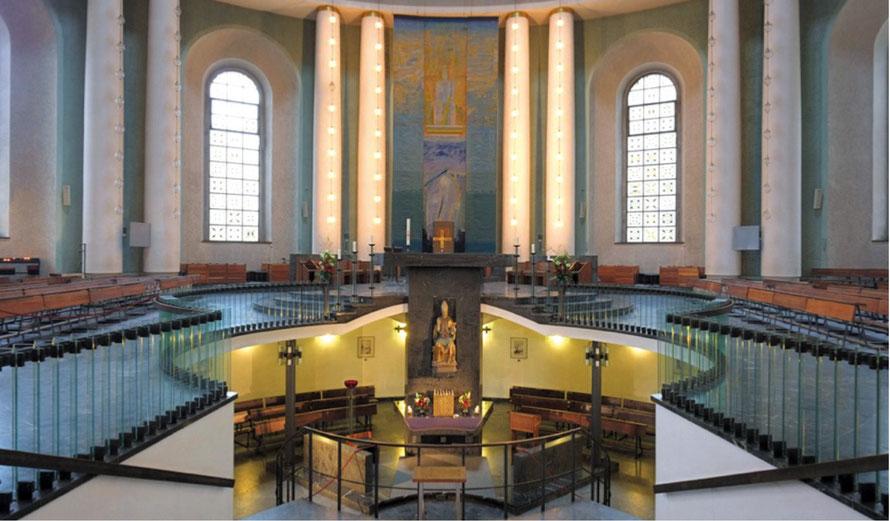 Innenansicht vom zentralen Eingang gesehen: Tabernakel in der Unterkirche, aufragender Altar mit Kreuz vor der Kathedra