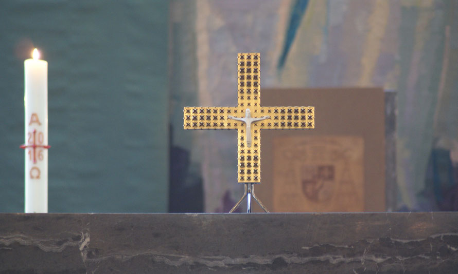 Altarkreuz auf dem Hauptaltar der St. Hedwigs-Kathedrale mit Osterkerze und Kathedra im Hintergrund _ Foto: Werner J. Kohl