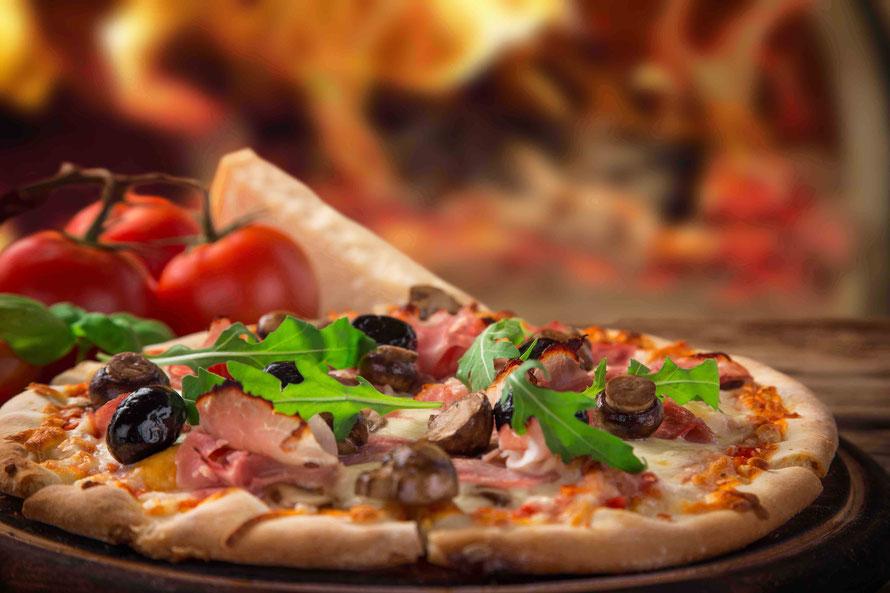 Knusprig und saftig – Holzofenpizza frisch und nach originellem Rezept zubereitet