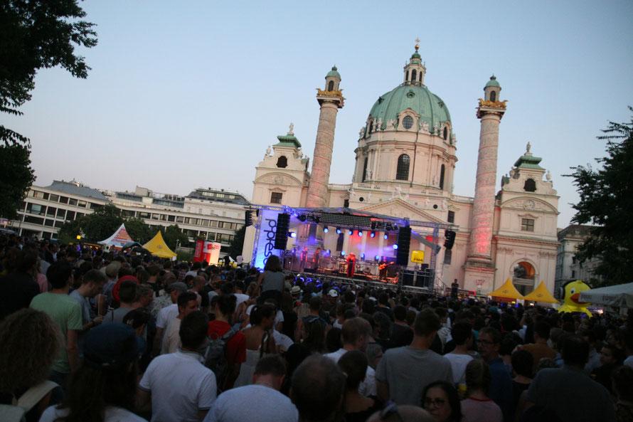 Die Seebühne, das Herzstück des Popfest Wien, auf dem Teich vor der Karlskirche Wien. (c) miggl.at / Hans Juergen Gernot Miggl