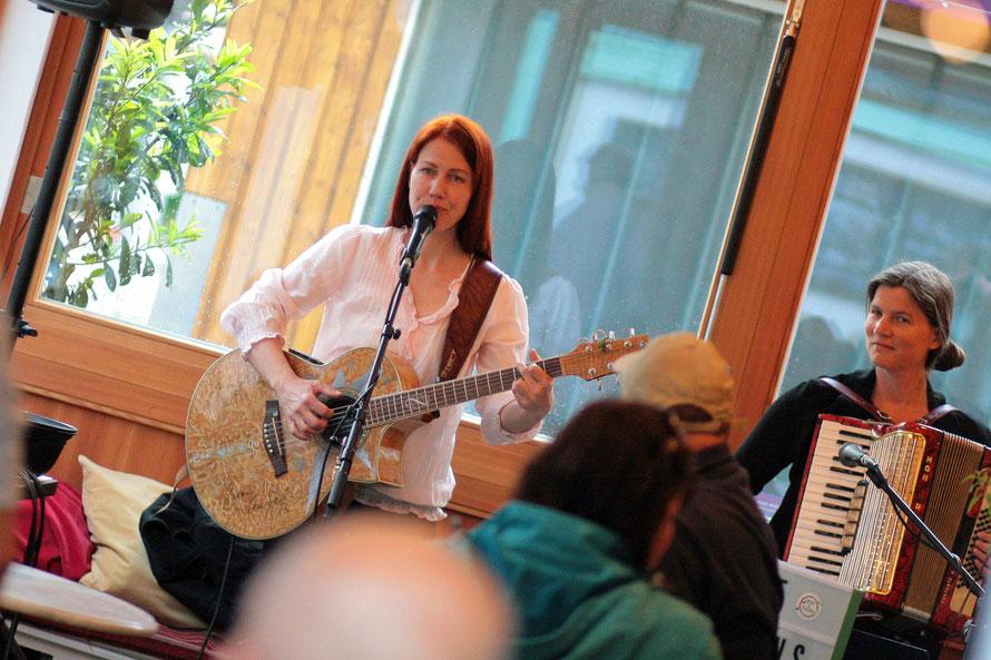 Endlich wieder Live-Musik! GuGabriel (l.) trat mit ihrer Schwester Sigrid Machowetz (r.) vor Publikum auf. Fotos (c) miggl.at