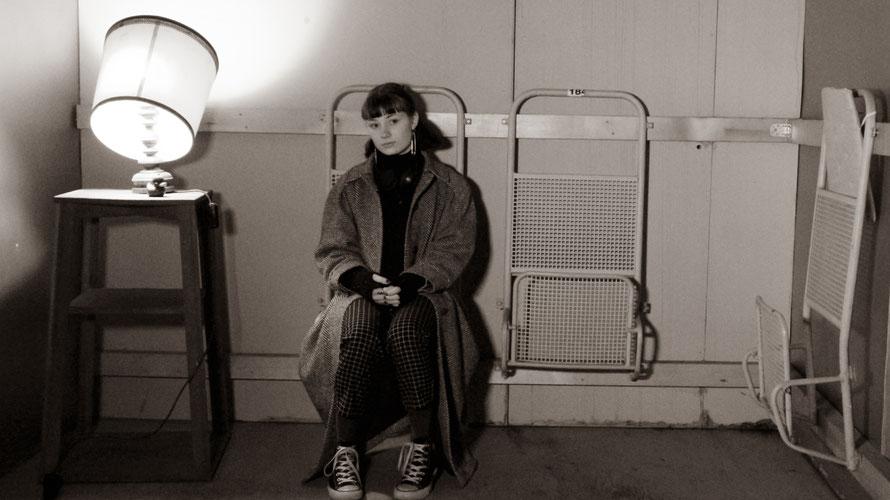 Sängerin Olga Jungbauer in nachdenklicher Pose im Theater Phoenix in Linz. (c) Olga Music
