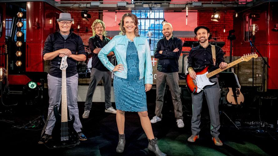 Birgit Denk (M.) mit ihrer Band. Bassist Alex Horstmann, Keyboarder Bernhard Eder, Gitarrist Ludwig Ebner und Schlagzeuger Philipp Mayer. (c) ORF / Hans Leitner