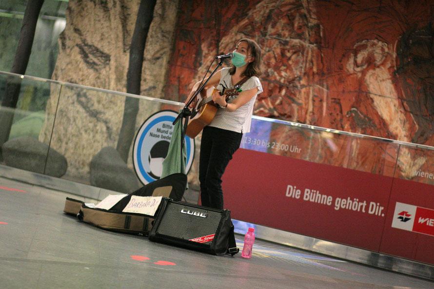 Die Oberösterreicherin Babara Duy beim Auftritt in der U-Bahn-Station Westbahnhof. Fotos: (c) miggl.at / Hans Juergen Miggl