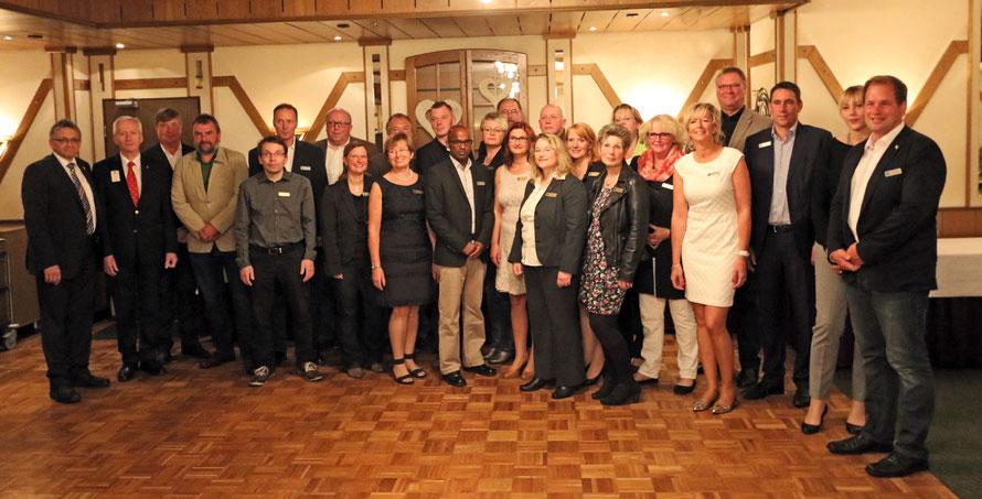 Die Mitglieder des Lions Club Großefehn mit dem Bürgermeister Olaf Meinen, dem Distrikt-Governor Kay ten Doornkaat Koolman, Zonen Chairperson Lothar Streblau und dem Guiding Lion Johann J. Köster.