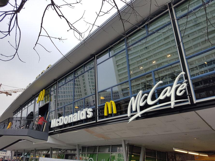 Neu: McCafé & McDonald`s im Bahnhof Zoo, Berlin/Deutschland. Copyrights Thomas Matla