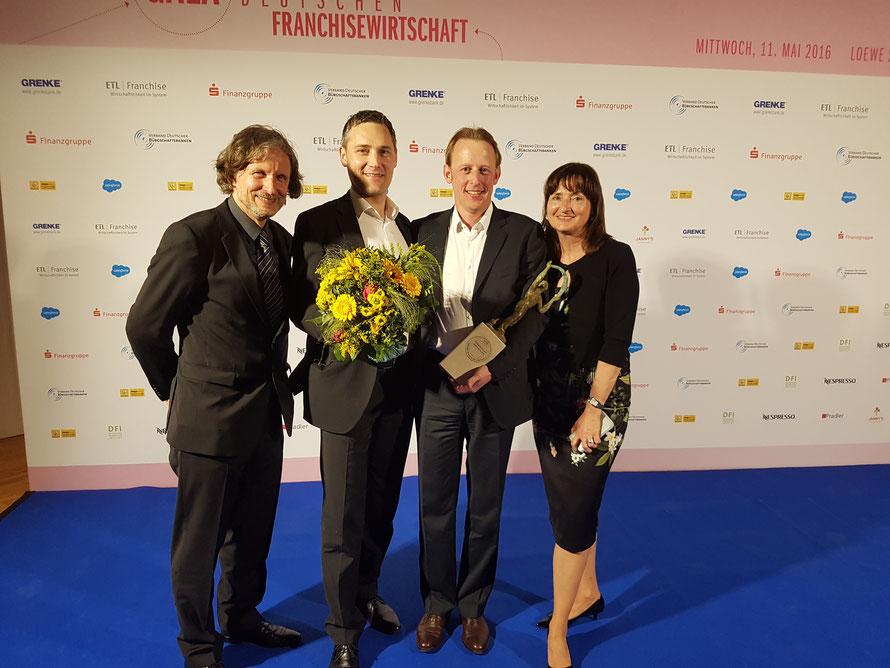 GFA 2016 Preisträger Roger Krog (Expansionsmanager, m.l.) und Stéphane Bihler (Vertriebsleiter, m.r.) mit Preis-Initianten und Jurymitgliedern Prof. Veronika Bellone (r.) und Thomas Matla (l.)
