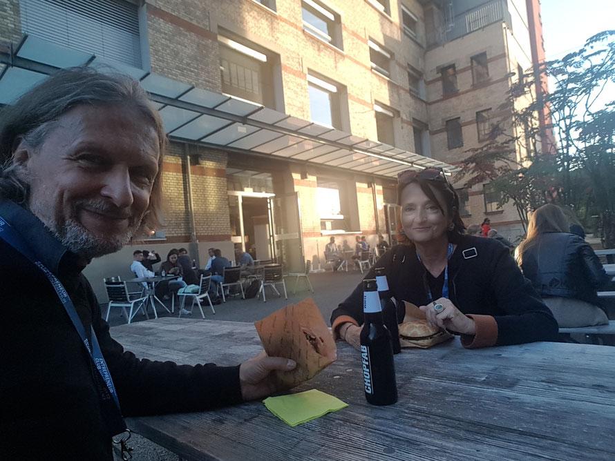Prof. Veronika Bellone & Thomas Matla bei der START-UP NIGHT WINTERTHUR 2021 und dem Test des Planed-Burgers © Bellone Franchise Consulting GmbH
