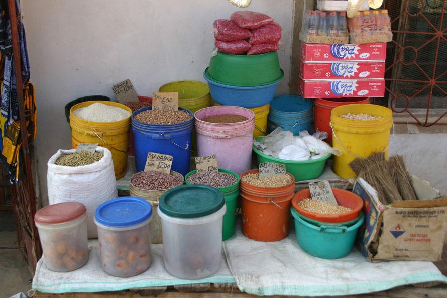 """Laden im """"Hinterland"""" Iringas. Verkauft werden Lebensmittel, aufgebaut mit einem Kleinkredit."""