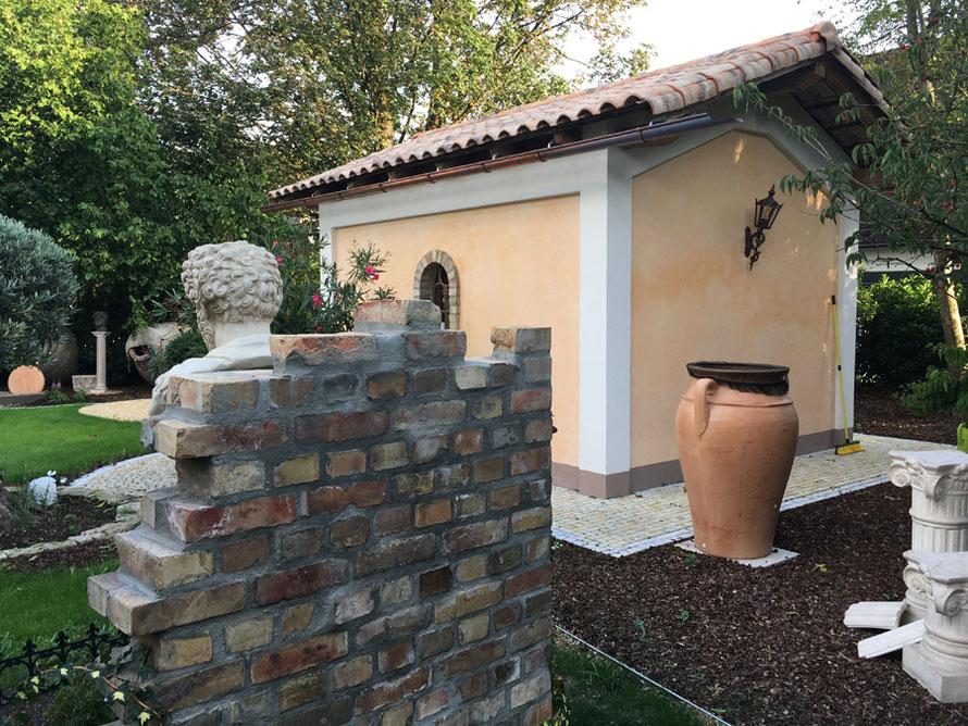 Fassadengestaltung einer Kapelle in Toskanischen Stil