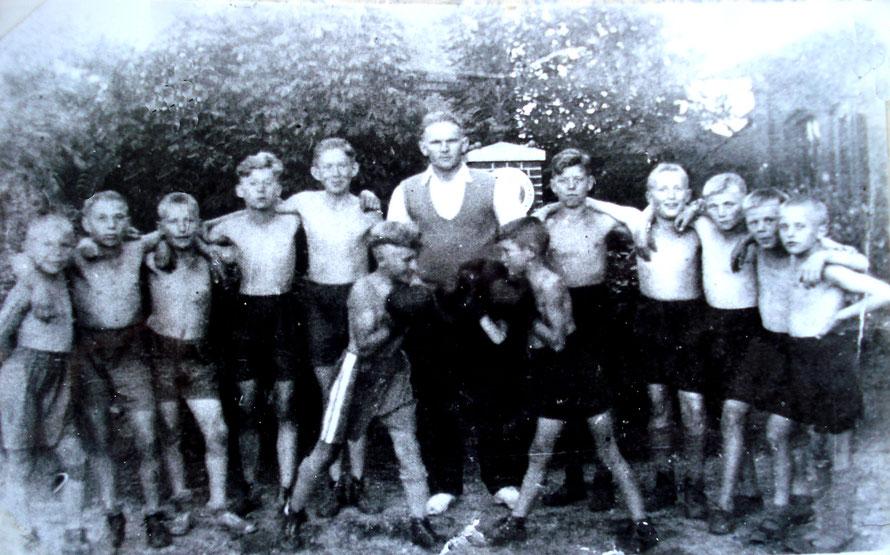Eine alte Vorkriegsaufnahme aus dem Jahr 1932: Die Jugendlichen der Boxabteilung des Eisenbahn Turn- und Sportvereins unter Leitung von Karl Schöning