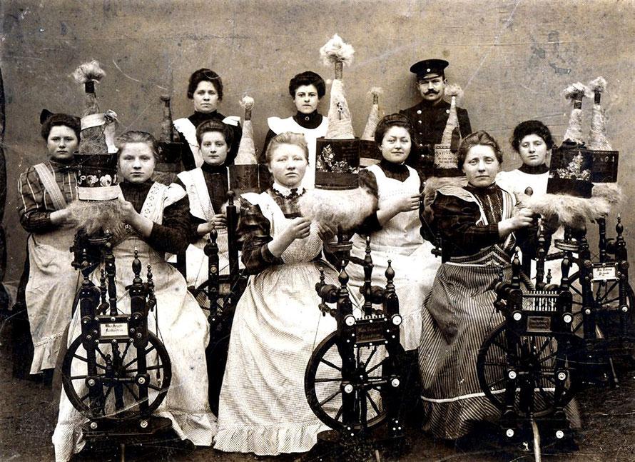 Spinngruppe aus Kirchweyhe im Gasthaus Ahrens (Rohlfs) um 1910 (Repro: W. Meyer)