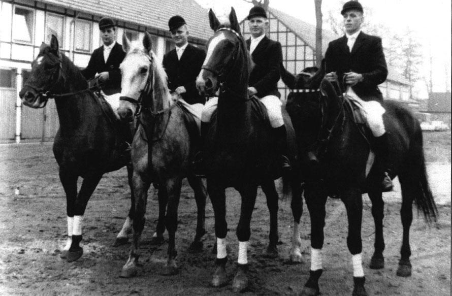 Dietrich Ortmann, Dr. Heinrich Wendt, Heinrich Dörgeloh und Heinrich Budelmann beim Stelldichein auf dem Gutshof