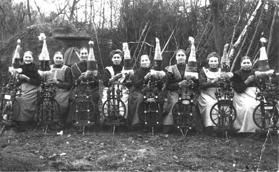 Spinnende Frauen aus Lahausen um 1920 auf dem Lahrs Hof (Repro: Wilfried Meyer)