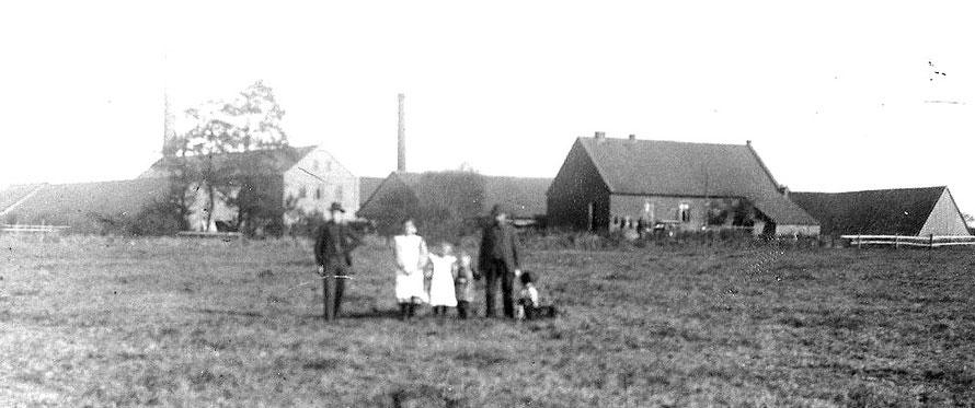 Ein Foto von 1910 (Archiv Gemeinde Weyhe). Höchstwahrscheinlich ist hier ein Teil der Familie Löhr abgebildet. Das Haus im Vordergrund könnte das Arbeiterwohnhaus gewesen sein.