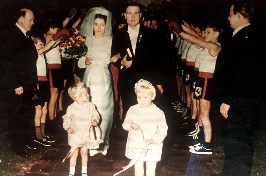 Boxer stehen Spalier in Brinkum bei der evangelischen Kirche: Hochzeit Lothar und Inge Irmer, geb. Gellermann, 11. November 1967