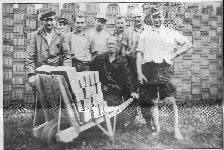 Foto aus den 1960er Jahren zeigt Ziegeleiarbeiter auf der Ziegelei Wehrmann 112
