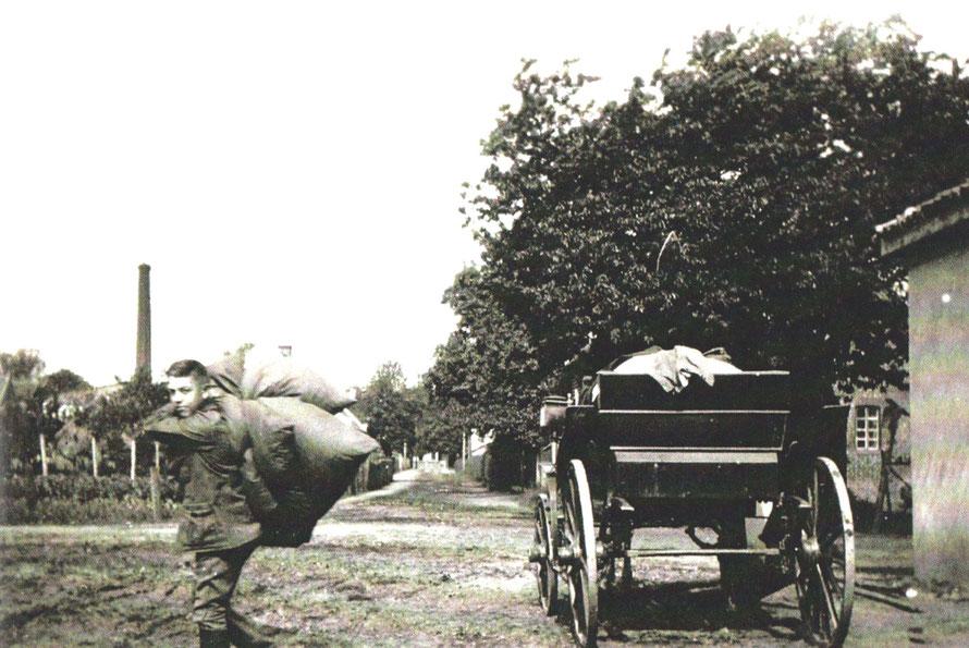 Mit Sack und Pack zieht hier ein junger Reitersmann in die Reitschule ein.