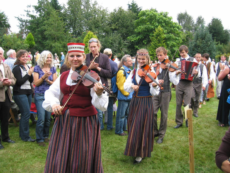 Rosenfest bei Dididoktor mit Gästen aus Madona