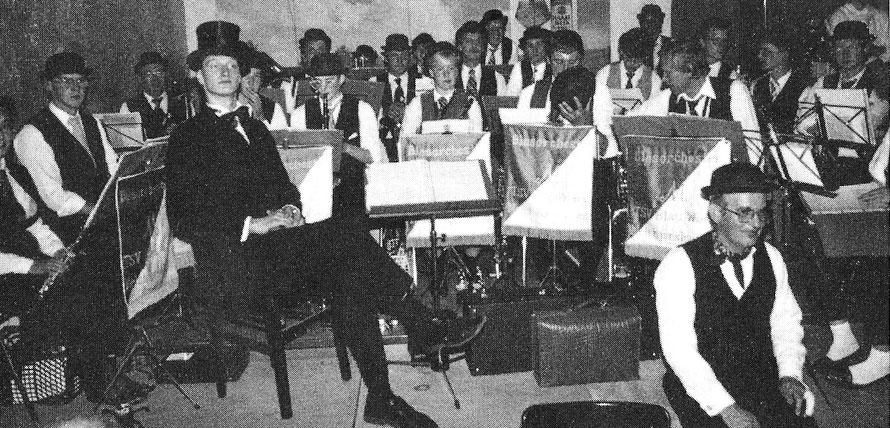 Bei der Oldie-Feier des Gemeindekulturrings in der Schützenhalle sorgt das Blasorchester für Stimmung