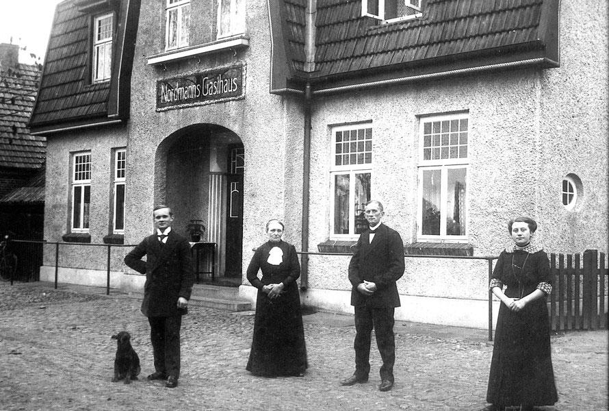 Das Gasthaus mit den Besitzern um 1925  4