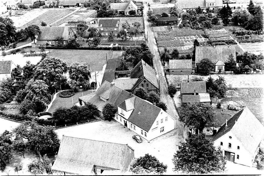 Ein anderes Luftbild aus den 1950er Jahren zeigt die Lage des Gasthauses an der Kirchweyher Straße / Einmündung Wischweg.