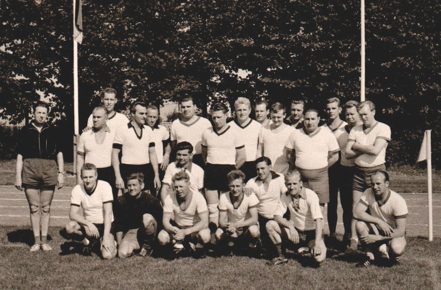 Foto: Hermann Dopmann /Sportplatz-Einweihung Leeste /Fußball gegen Handball