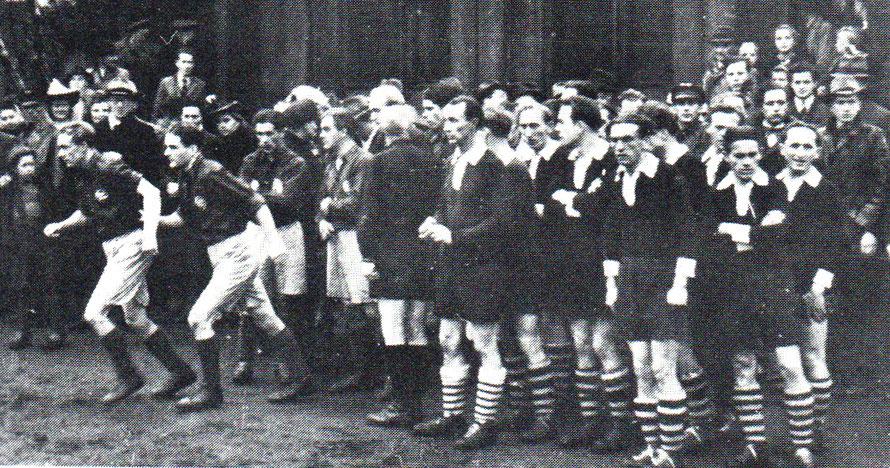 Auflaufen der Mannschafen 1948 - ETSV Kirchweyhe gegen TuS Eintracht.- Im Hintergrund ein Wagenkasten der Deutschen Bundesbahn, der viele Jahre als Umkleideraum dient.