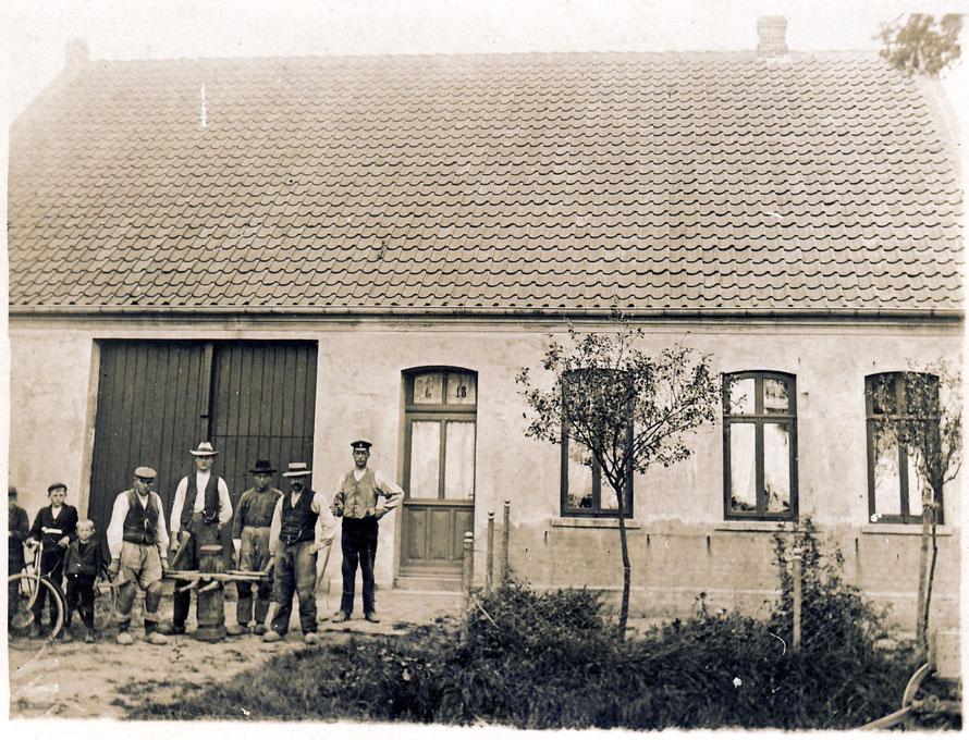 Das Haus ist schon 1904 auf einem Foto festgehalten. Es macht in keiner Weise den Eindruck eines Geschäftshauses