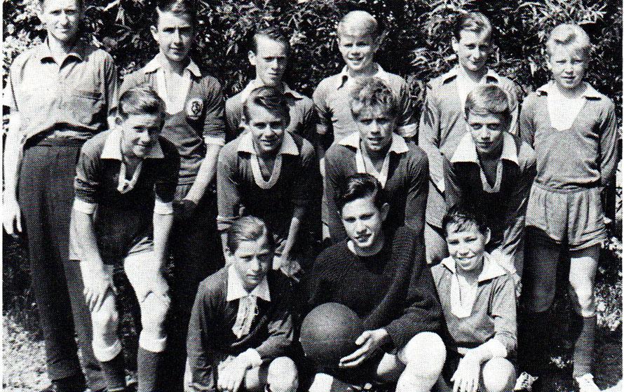 Schüler-Mannsclhaft 1964 Staffelmeister von links hinten: W. Aret (Betreuer), Hönisch, D. Hoffmann, W. Wronna, U. Kreuzer, D. Osmers; Mitte: R. Meyer, H. Stelzer, W. Köhler, G. Schubert; vorn: R. Trrumpf, R. Jung, L. Hentschel