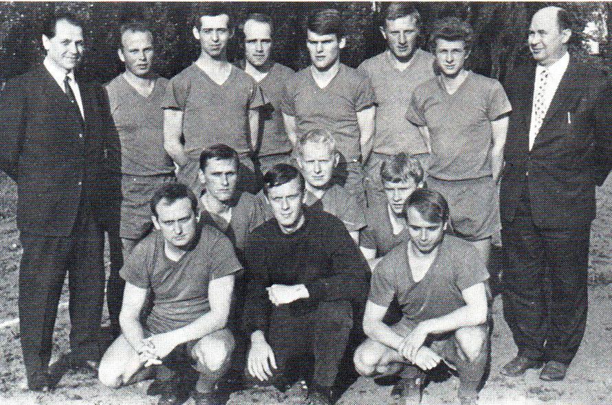 1. Herren 1968 von links hinten: E. Ebert (Trainer), Ehlers, H. Hilgenberg, Stöver, Kosten, Lohmann, H. Schlemper, Thöle (Spielleiter); Mitte: E. Hartmann, Laakmann, Lange; vorn: Th. Schymanietz, Bödecker, S. Erdmann