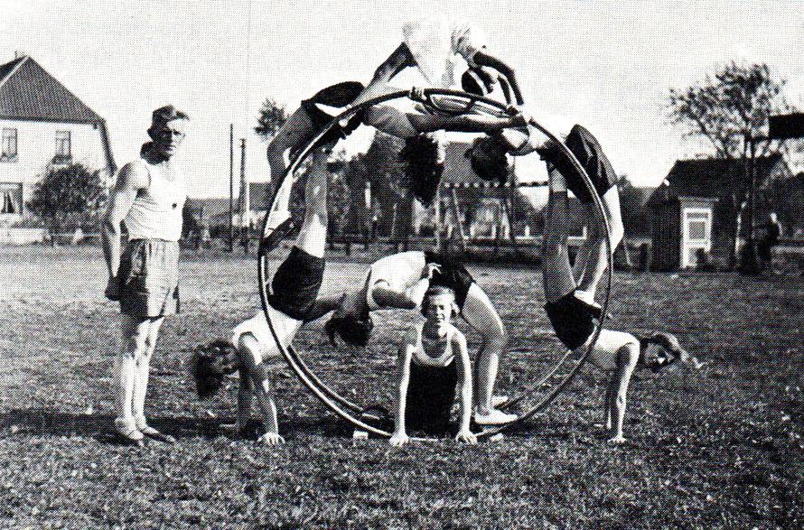 Hans van de Vegt mit seiner Rhönradgruppe 1935