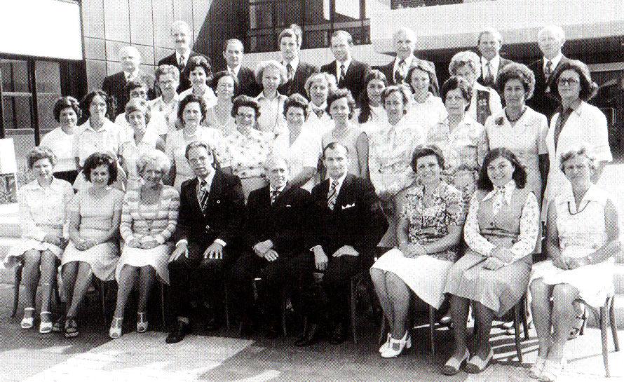 Der Chor im Jubiläumsjahr vor dem Schulzentrum Leeste