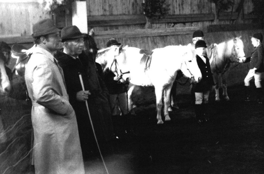 Heinz Dörgeloh und Heinrich Dörgeloh sen. begutachten die Ponyabteilung