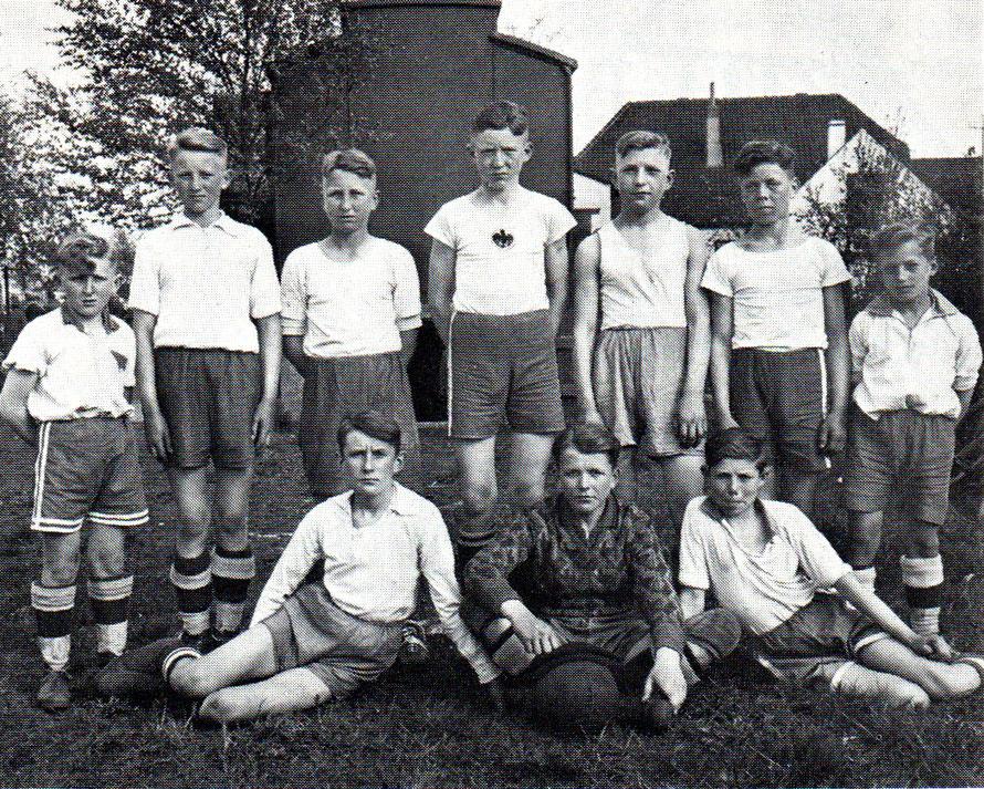 1. Knaben: dreimal hintereinander Meister in den Jahren 1932.1934; stehend von links: H. Lange, W. Kehlenbeck, H. Berthold, H. Wittschen, K. Zimmermann, W. Gellermann, H. Lewun; vorne: H. Riekers, K.H. Meyer und H. Denker; der 11. Spieler, Fr. Meier fehlt