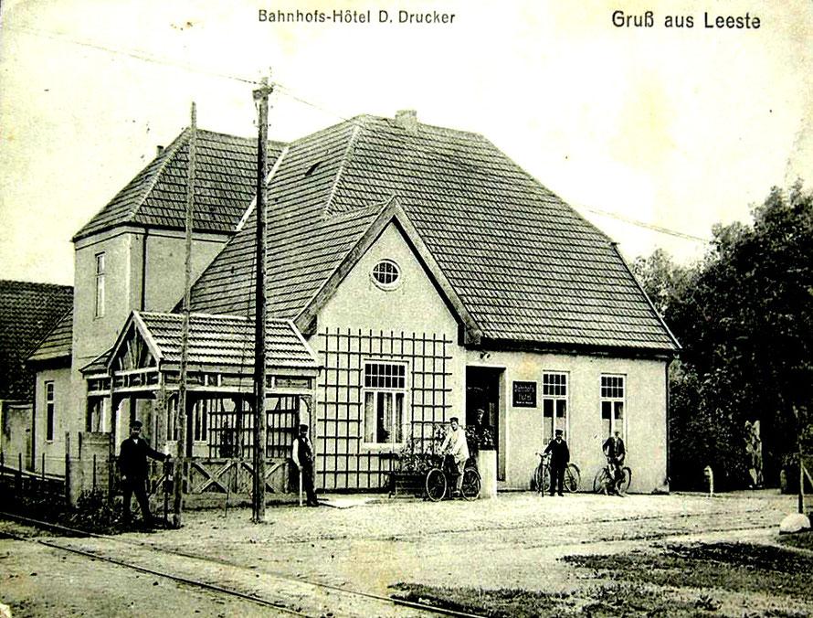 Bahnhofshotel Leeste ca. 1920 – Ansicht von der Hauptstraße (heute Leester Str.) in Richtung Bahnschienen. 12