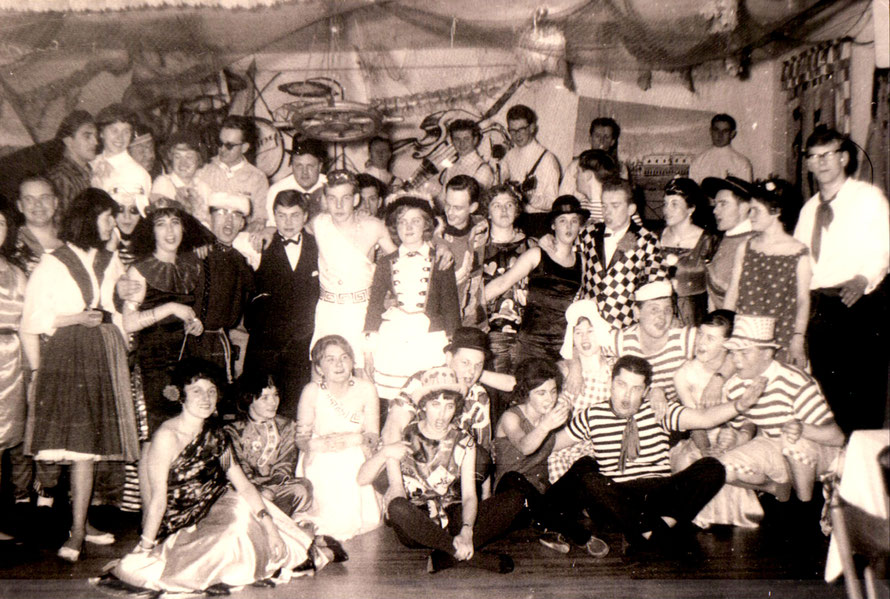 1963 geben im Krug die Kolibris den Takt vor - beim Kostümfest des SV Wiking 6
