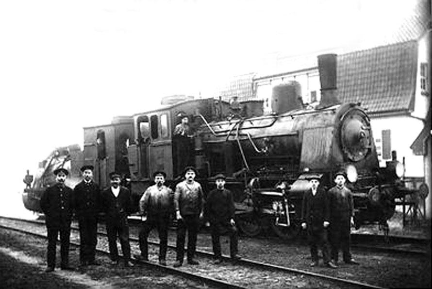 1912 Personal des Bahnhofs Leeste vor einer Dampflok 31