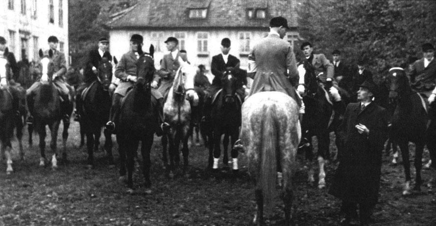 Jagdherr Heinrich Früchtenicht begrüßt die Teilnehmer der Hubertusjagd