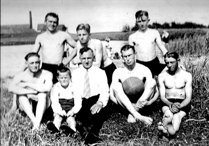 """1929 wird eine Badegruppe an der Alten Weser in Dreye auf Zelluloid gebannt. Im Hintergrund ist die """"Königsinsel"""" mit der Ziegelei zu erkennen."""