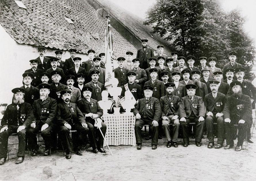 Dieses Foto des Krieger-Vereins wurde zwar auch bei Schnakenberg aufgenommen, allerdings wohl schon 14 Jahre vor der Jubiläumsfeier.31