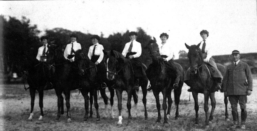 Leutnant Gerbert mit der einzigen Damenabteilung des Vereins