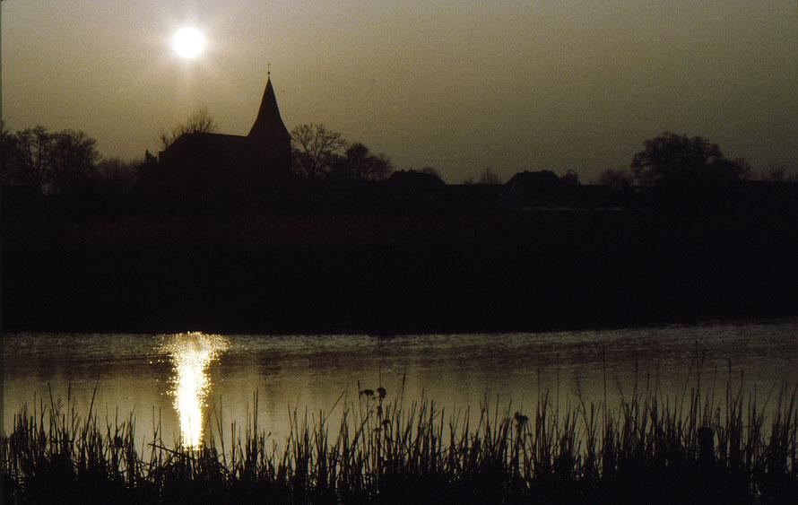 Felicianus-Kirche mit Kirchweyher See / Sonnenuntergang 1984