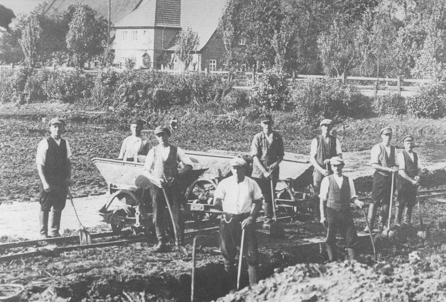 Mühlenteichreinigung 1928:   [Foto 1928 /Repro: W.Meyer]